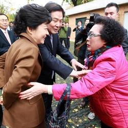 시사 정치 박근혜 레전드 악수 피하는 쌩까는 병맛 손치우는 저리꺼져 답없는 콘크리트 아줌마 선거