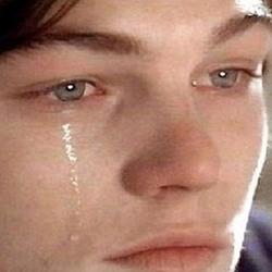 한쪽눈에서만 눈물이 나오는 외국 남자