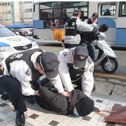 철컹 철컹철컹 경찰 도둑 아청 아청법 범인 경찰관 잡는 도둑놈 112 폴리스 날치기 강도 여고생 전자발찌