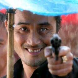 최민수 닥쳐  그만해 총 권총 영화 명장면 홀리데이 최민수 홀리데이 경찰 비오는날 우산
