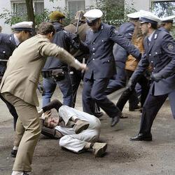 닥쳐 그만해 다구리 폭행 경찰 철컹 폭령 집단 때리는 장면
