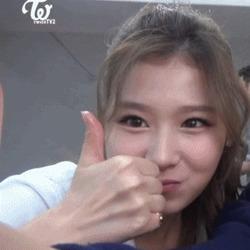 최고 엄지척 트와이스 사나 움짤 먹으면서 귀여운 걸그룹 연예인