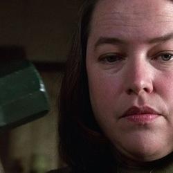 미저리 스토커 해머 망치 공포 닥쳐라 무서운 여자