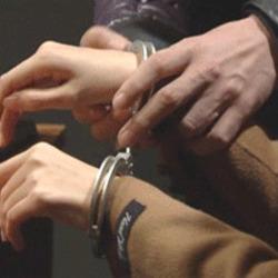 철컹 수갑 철컹철컹 움짤 수갑차는 체포 손목 여자 경찰 도둑