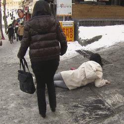 레전드 빙판길 꽈당녀 겨울 넘어지는 여자 전설 짤방 미끌어지는 눈길 눈오는날