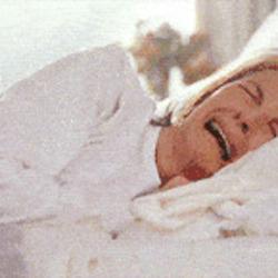 아침에 눈떠서 우는 여자 침대 울음 슬픔 눈물