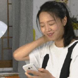 만능짤 휴대폰 보면서 좋아하는 여자 스만트폰 쳐다보며 행복 기쁨